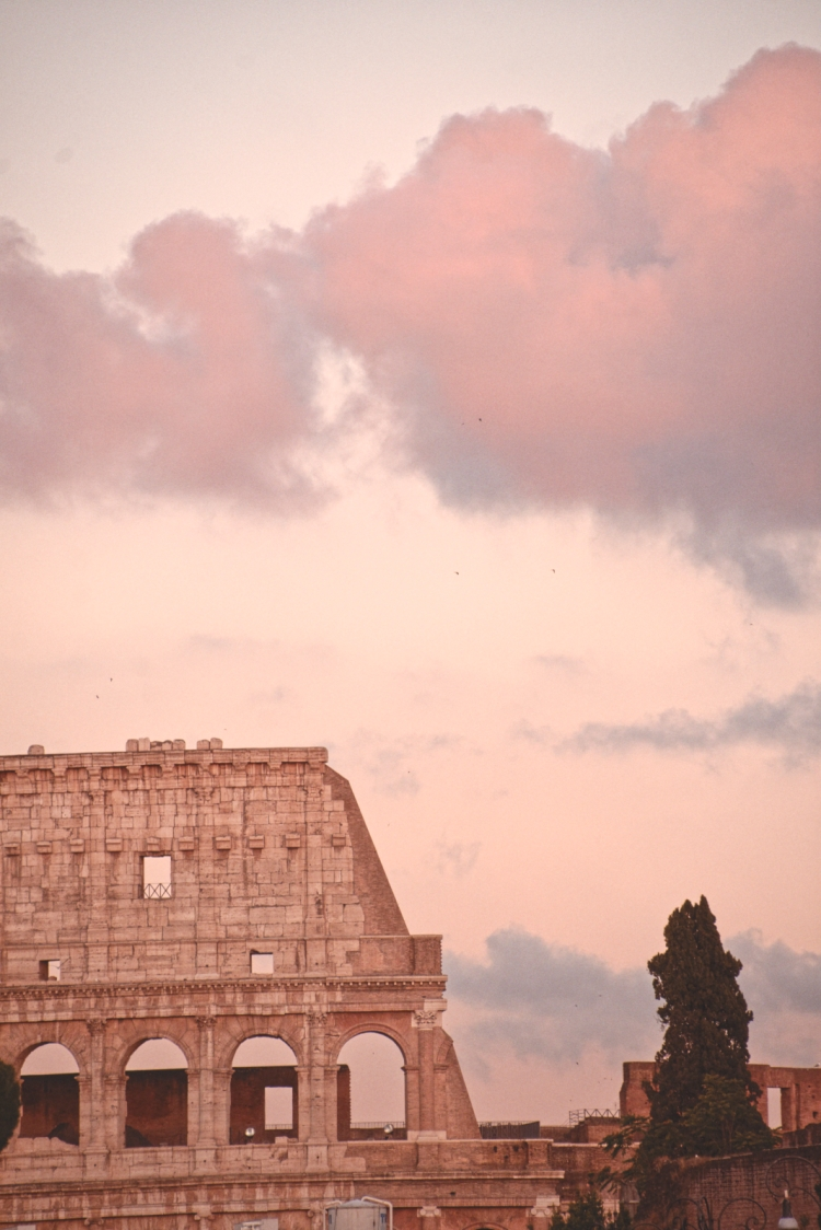 fotografia di roma, del colosseo all'ora del tramonto, con tutti toni color rosa pastello