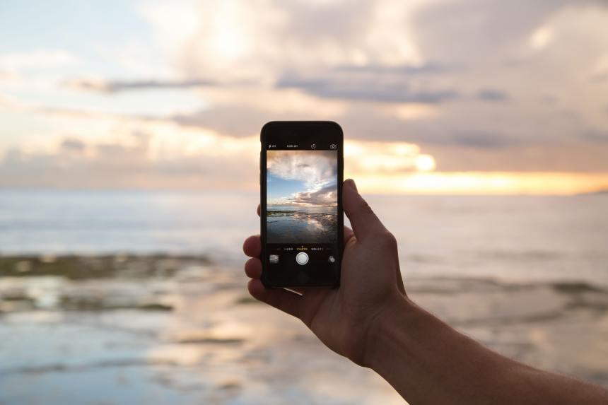telefono smartphone mentre scatta una foto del tramonto